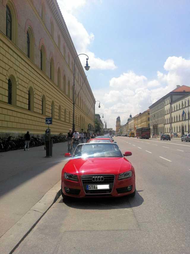 Audi A5 Cabrio in der Ludwigstraße in München vor der Staatsbibliothek