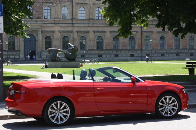 Audi A5 Cabrio vor der Alten Pinakothek in München