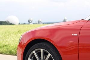 Audi A5 Cabrio vor dem Radom der Erdfunkstelle Raisting