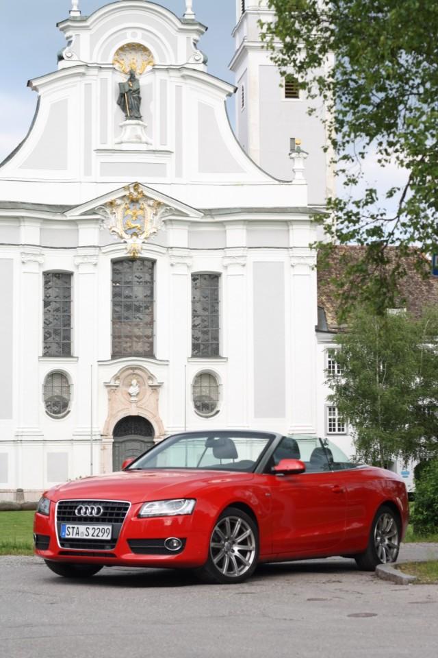 Audi A5 Cabriolet vor dem Marienmünster in Diessen am Ammersee