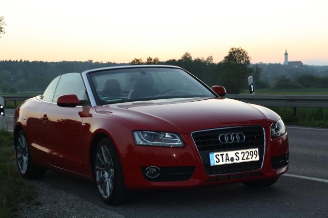 Audi A5 Cabriolet vom Licht der untergehenden Sonne beschienen