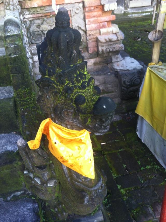 Geschmückter Tempeldrache in Bali