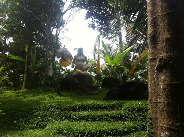 Figur als Symbol der Fruchtbarkeit in Balis Regenwald