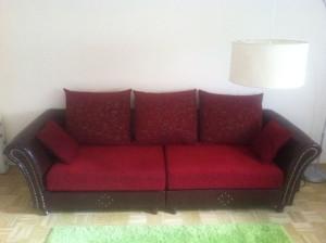 Zimmer mit Überblick: nur Sofa und Lampe
