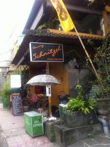 Warung Schnitzel in Ubud mit fliegendem Schuhmacher davor
